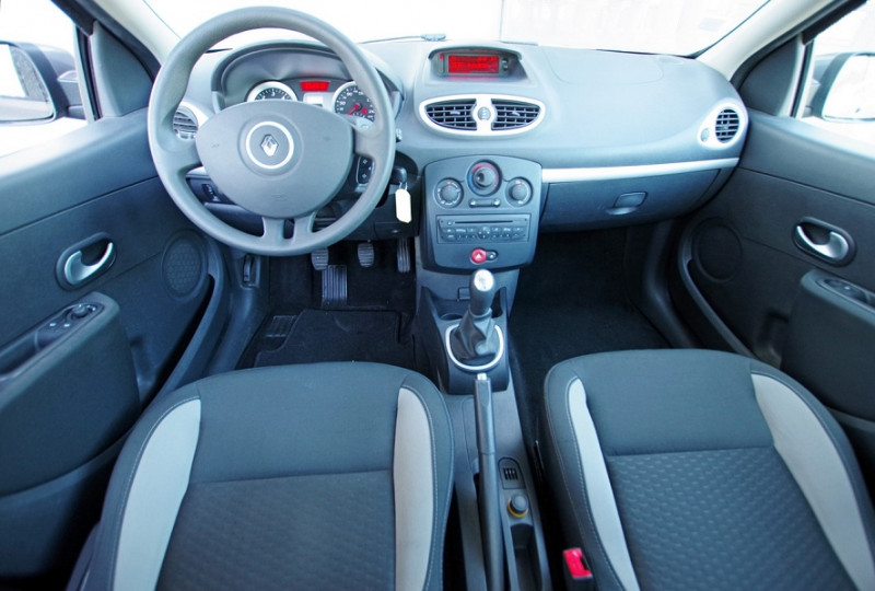Photo 3 de l'offre de RENAULT CLIO III 1.5 DCI 70 5P à 0€ chez ACCEL' AUTO