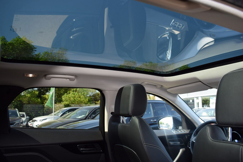 Photo 3 de l'offre de JAGUAR F-PACE V6 3.0D 300CH R-SPORT 4X4 BVA8 à 31900€ chez Univers Motors