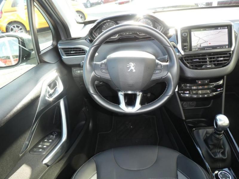 Photo 10 de l'offre de PEUGEOT 2008 II 1.2 PureTech 110 ALLURE TOIT Pano Camera Grip Control à 17890€ chez Mérignac auto