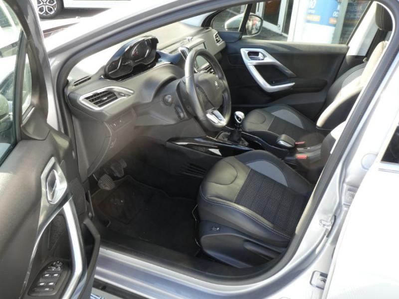 Photo 5 de l'offre de PEUGEOT 2008 II 1.2 PureTech 110 ALLURE TOIT Pano Camera Grip Control à 17890€ chez Mérignac auto