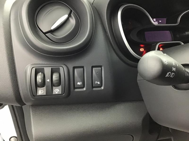Photo 3 de l'offre de RENAULT TRAFIC FGN GRAND CONFORT DCI 145 L2H1 Attelage+GPS+GRIP à 28580€ chez Garage Serieys Auto