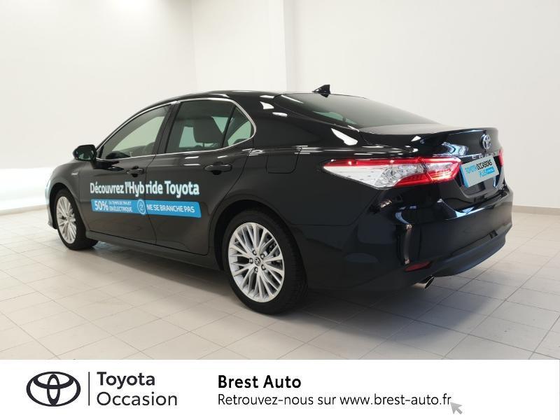 Photo 2 de l'offre de TOYOTA Camry Hybride 218ch Design à 33980€ chez Brest Automobiles - Toyota Brest