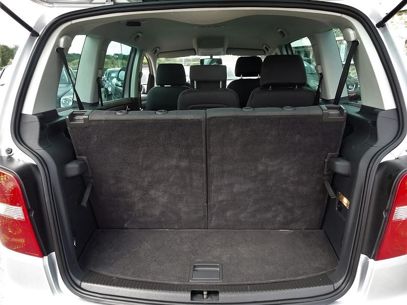 Photo 14 de l'offre de VOLKSWAGEN TOURAN 1.6 FSI 115CH CONFORT 7 PLACES à 5790€ chez International Auto Auneau