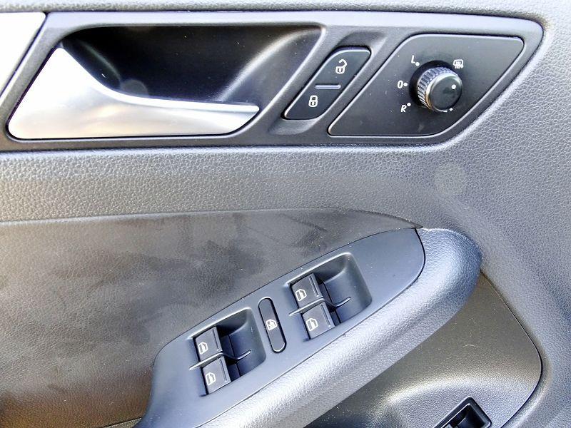 Photo 7 de l'offre de VOLKSWAGEN JETTA 2.0 TDI 140CH FAP CARAT à 8990€ chez International Auto Auneau