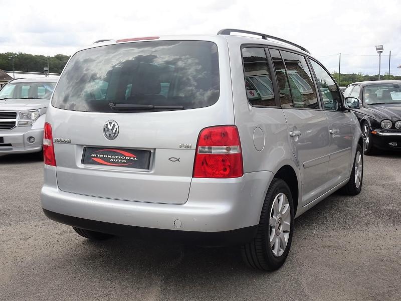 Photo 2 de l'offre de VOLKSWAGEN TOURAN 1.6 FSI 115CH CONFORT 7 PLACES à 4990€ chez International Auto Auneau