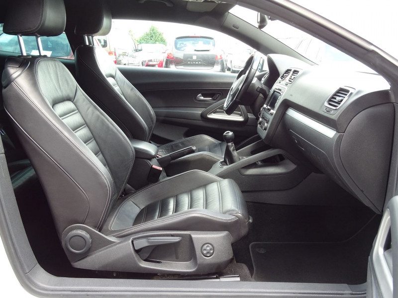 Photo 13 de l'offre de VOLKSWAGEN SCIROCCO 2.0 TDI 140CH FAP CARAT à 11490€ chez International Auto Auneau
