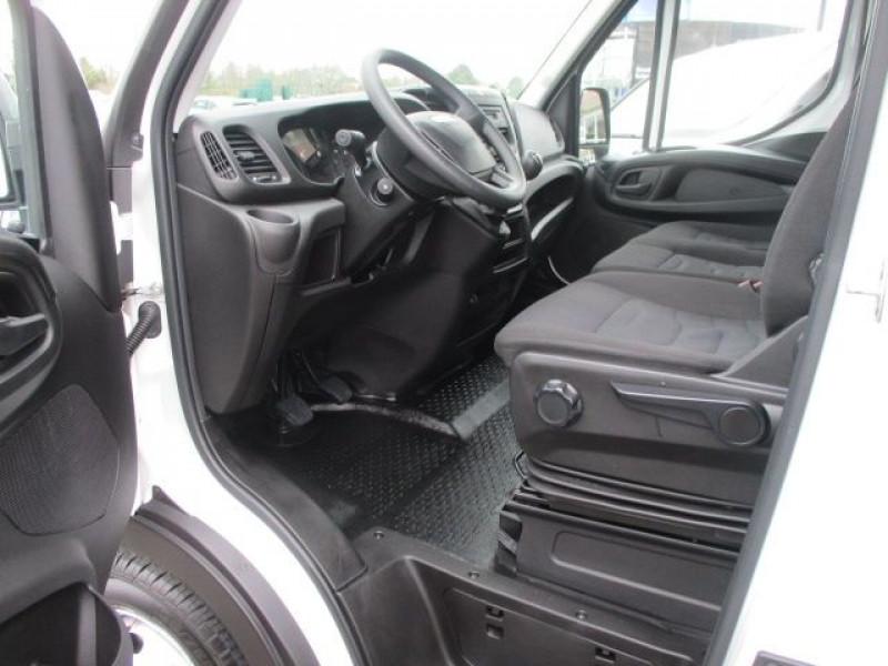 Photo 2 de l'offre de IVECO DAILY CCB 35C16 CAISSE 20 M3+HAYON à 35940€ chez Deal pro automobiles