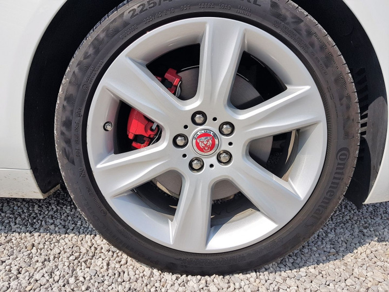 Photo 12 de l'offre de JAGUAR XE 2.0D 180CH PRESTIGE AWD BVA8 à 21900€ chez Villeneuve Auto