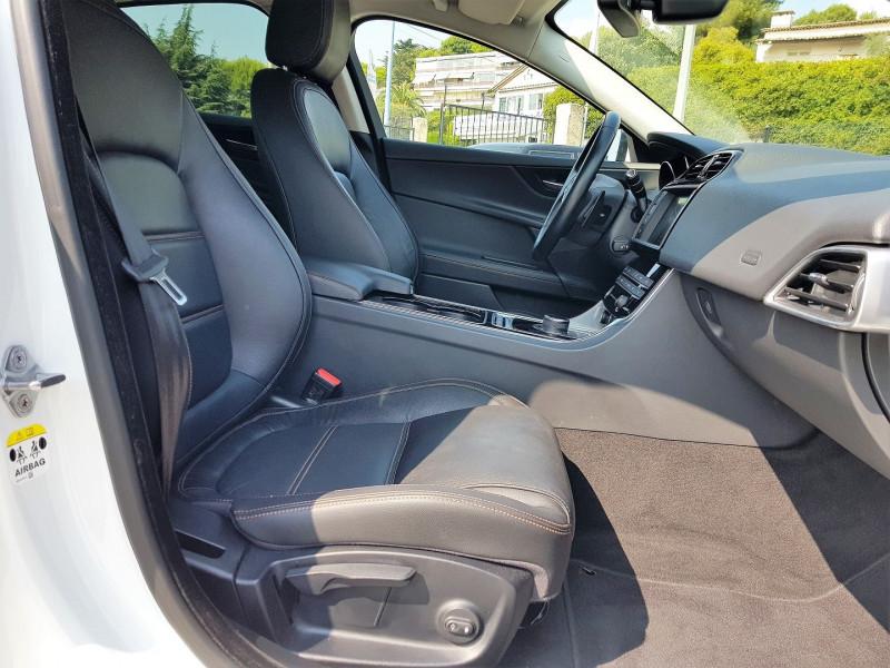 Photo 8 de l'offre de JAGUAR XE 2.0D 180CH PRESTIGE AWD BVA8 à 21900€ chez Villeneuve Auto