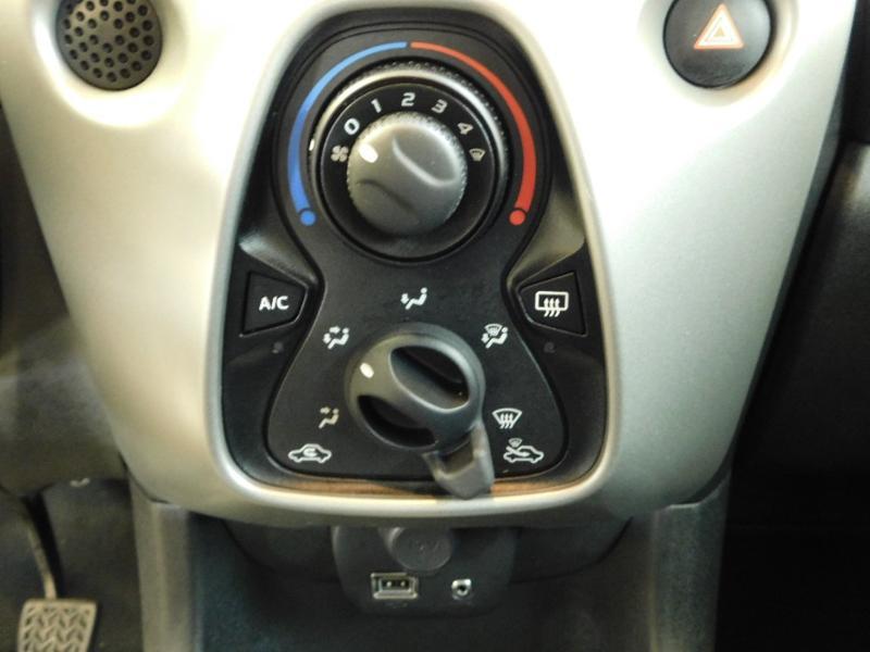 Photo 17 de l'offre de TOYOTA Aygo 1.0 VVT-i 69ch x-wave 2 5p à 9990€ chez Autovia Véhicules Multimarques