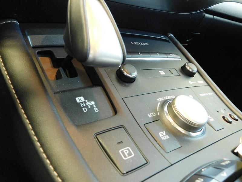 Photo 16 de l'offre de LEXUS CT 200h Luxe à 21990€ chez Autovia Véhicules Multimarques