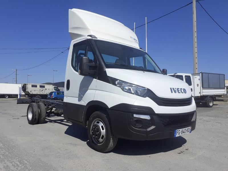 Iveco Prochainement DISPONIBLE 35C16 BENNE COFFRE 2019 Empattement 3750 CLIM AUTO BLUETOOTH Diesel Blanc Occasion à vendre