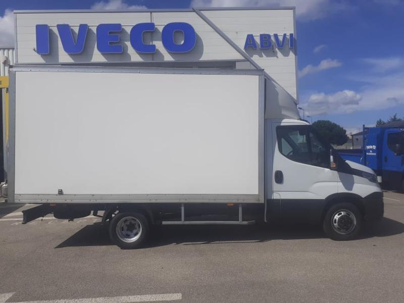 Photo 8 de l'offre de IVECO 35c16 CAISSE 20m3 DEFLECTEUR CLIM AUTO COMMANDES AU VOLANT à 27000€ chez ABVI Carcassonne