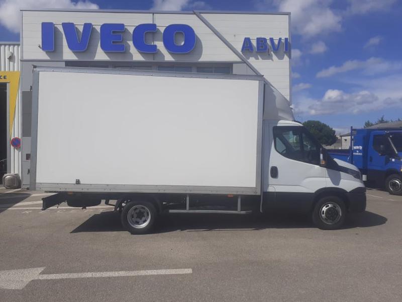 Photo 2 de l'offre de IVECO 35c16 CAISSE 20m3 DEFLECTEUR CLIM AUTO COMMANDES AU VOLANT à 27000€ chez ABVI Carcassonne