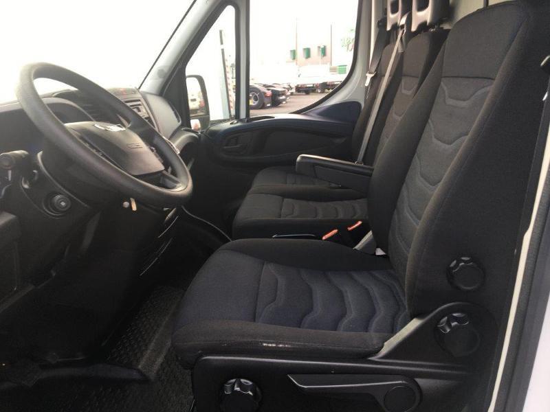 Photo 9 de l'offre de IVECO 35s14 BOITE AUTO 12 M2 CLIM AUTO à 21000€ chez ABVI Béziers