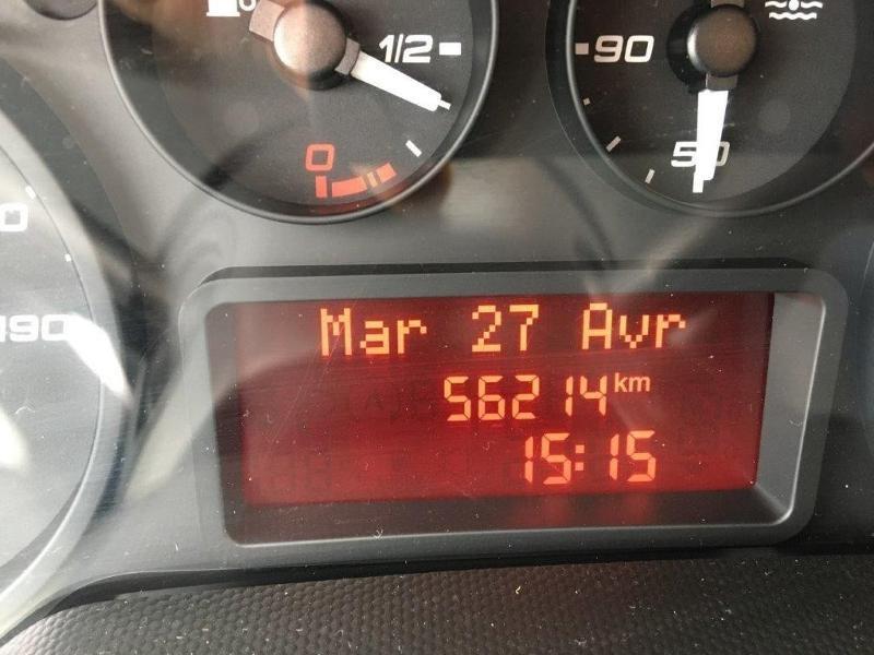 Photo 13 de l'offre de IVECO 35c14v12 CLIM AUTO INTERIEUR BOIS RADIO BT COMMANDE AU VOLANT à 26160€ chez ABVI Béziers