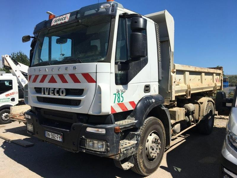 Photo 2 de l'offre de IVECO Trakker 19T 310CH BVM BIBENNE 4.8x2.3x0.65 RIDELLE GAUCHE HYDRAULIQUE PTR 40T à 42000€ chez ABVI Béziers