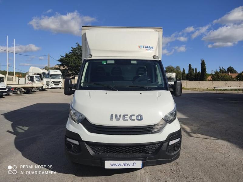 Photo 2 de l'offre de IVECO 35c16 CAISSE + HAYON AUVENT CLIM AUTO DEFLECTEUR à 33000€ chez ABVI Narbonne