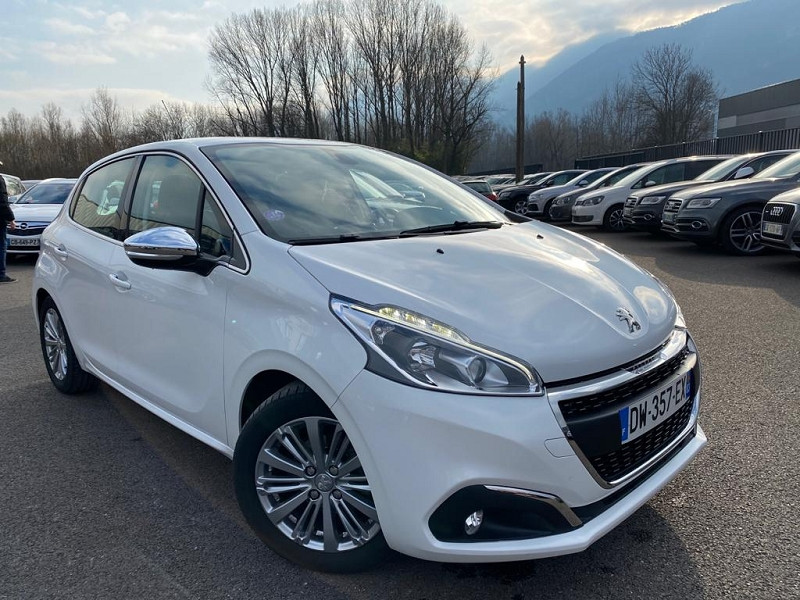 Photo 2 de l'offre de PEUGEOT 208 1.2 PURETECH 110CH ALLURE S&S EAT6 5CV 5P à 13490€ chez Help car