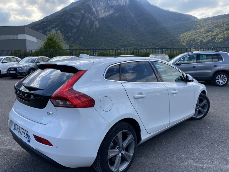 Photo 2 de l'offre de VOLVO V40 D2 115CH START&STOP MOMENTUM à 8990€ chez Help car