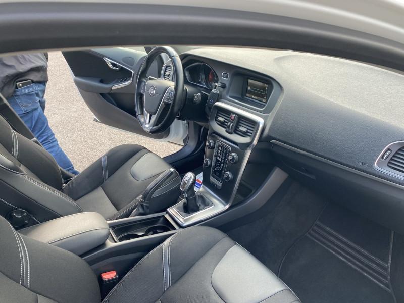 Photo 3 de l'offre de VOLVO V40 D2 115CH START&STOP MOMENTUM à 8990€ chez Help car