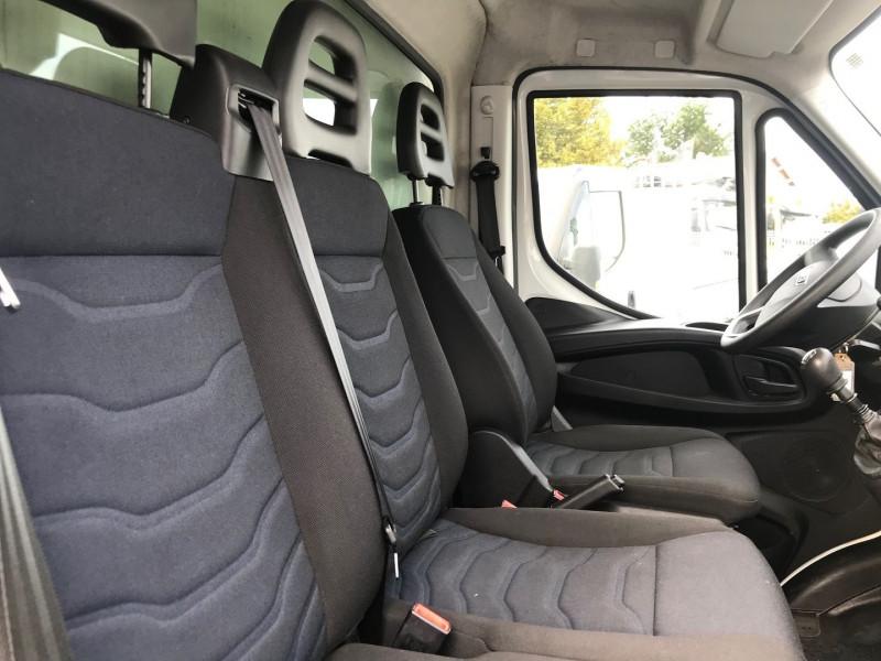 Photo 6 de l'offre de IVECO DAILY CCB 35C14 D EMP  4100  CAISSE 20M3 + HAYON à 28680€ chez Brignais automobiles