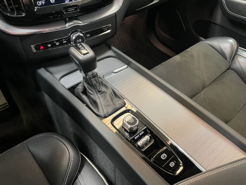 Photo 17 de l'offre de VOLVO XC60 D5 ADBLUE AWD 235CH R-DESIGN GEARTRONIC à 38990€ chez LTA Trading