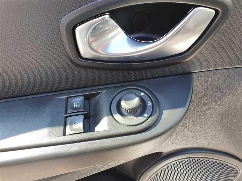 Photo 10 de l'offre de RENAULT CLIO IV CLIO IV 1.5DCI BUSINESS à 7950€ chez Mareuil automobiles