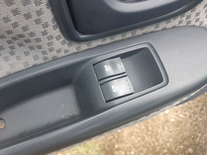 Photo 6 de l'offre de RENAULT CLIO II 1.2 60CH CAMPUS 5P à 3490€ chez Carlyss automobiles Vitré