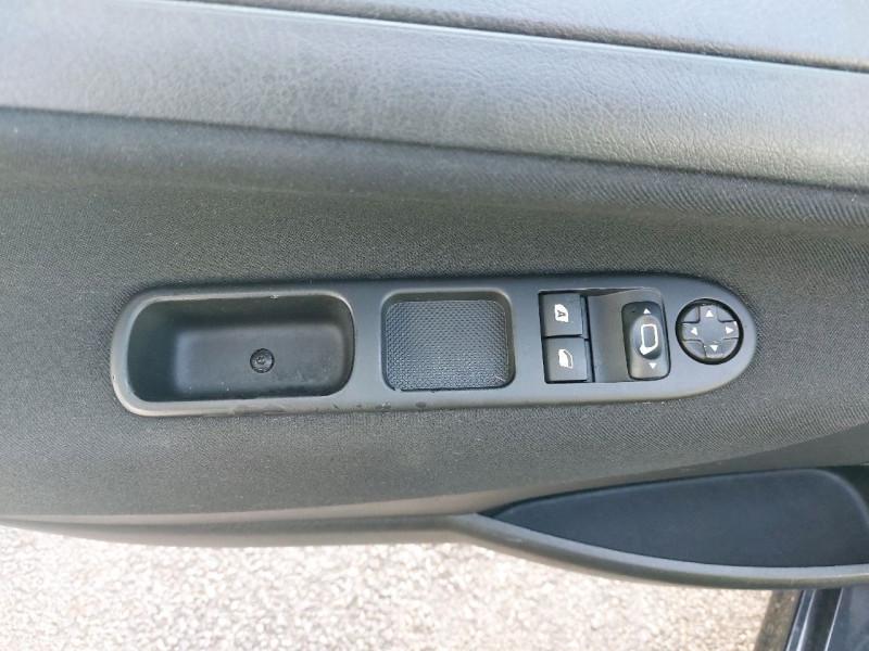 Photo 11 de l'offre de PEUGEOT 207 1.4 URBAN 5P à 6490€ chez Carlyss automobiles Vitré