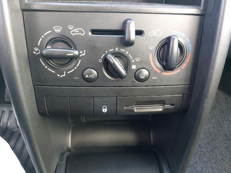Photo 13 de l'offre de PEUGEOT 207 1.4 URBAN 5P à 6490€ chez Carlyss automobiles Vitré