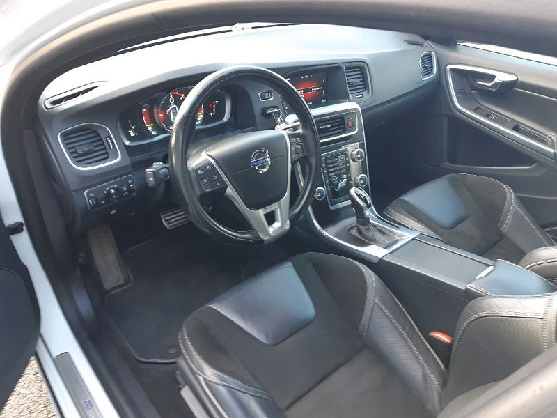 Photo 5 de l'offre de VOLVO V60 D4 190CH R-DESIGN GEARTRONIC à 13490€ chez Carlyss automobiles Vitré