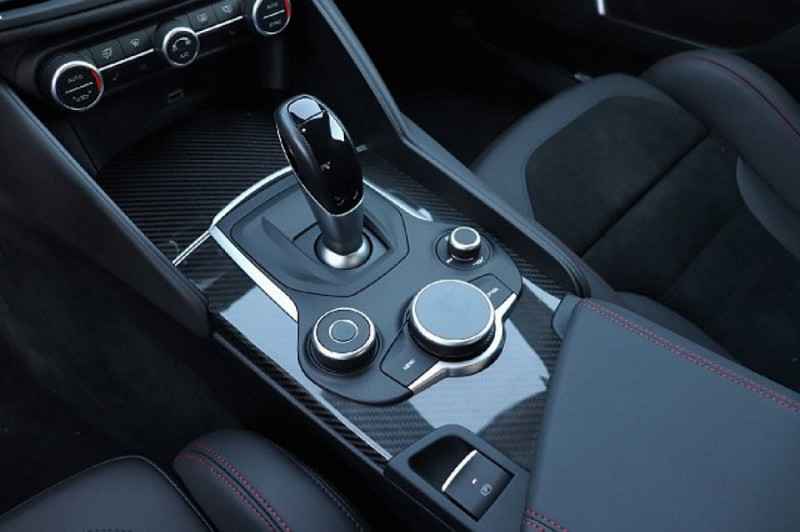Photo 10 de l'offre de ALFA ROMEO GIULIA 2.9 V6 510CH QUADRIFOGLIO AT8 MY19 à 90500€ chez YM Automobiles