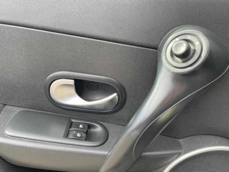 Photo 21 de l'offre de RENAULT CLIO 1.6I-110 CONFORT EXPRESSION CLIM TOIT OUVRANT à 4250€ chez Triplo auto