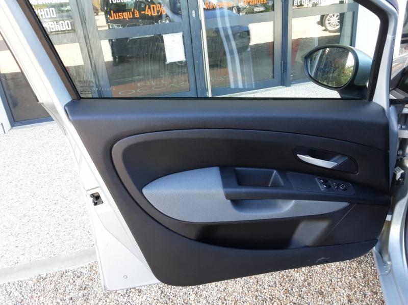 Photo 27 de l'offre de FIAT DYNAMIC MJT 75 5P Grande Punto 1.3 Multijet 16V 75 Team à 3900€ chez Centrale Auto Marché Mussidan