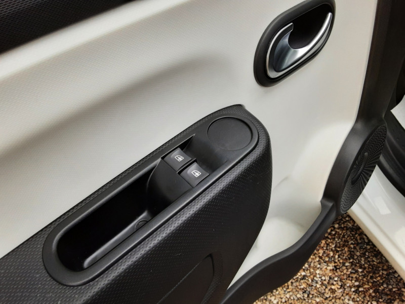 Photo 18 de l'offre de RENAULT TWINGO III 1.0 SCe 70 eco2 SetS Zen à 8500€ chez Centrale Auto Marché Mussidan