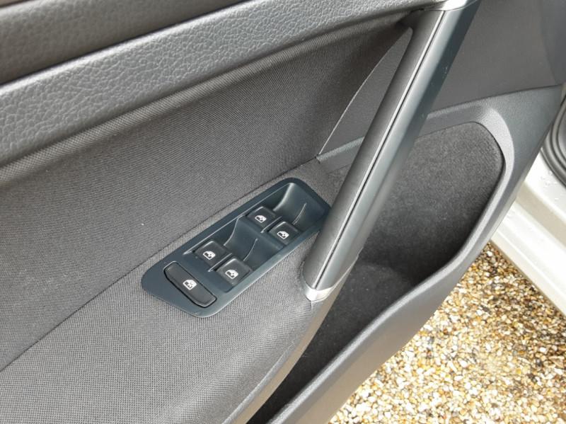 Photo 22 de l'offre de VOLKSWAGEN GOLF 1.6 TDI 115 FAP BVM5 Confortline Business à 16900€ chez Centrale Auto Marché Mussidan
